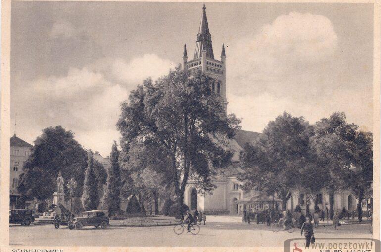 Evangelische Kirche mit Denkmalsplatz