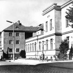 Piła ulica Buczka, dzisiejsza biblioteka miejska. Napis PZPR